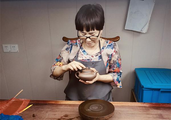 """紫砂艺术""""巾帼""""陈明先:擅长四目手工料作品和朱泥筋纹器"""